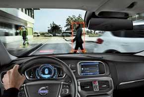 Стандартная для V40 система Pedestrian Detection прогнозирует траекторию движения людей и при вероятности наезда предупреждает водителя или сама тормозит.