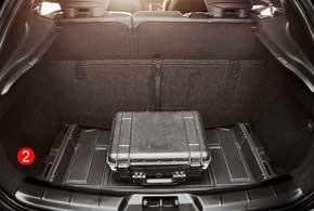 Пол багажника легко убирается, увеличивая глубину отсека (1), или закрепляется в одном из положений, создавая барьер длягруза (2).