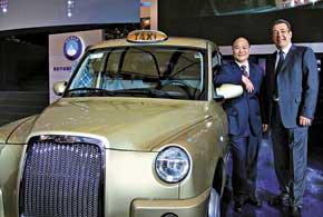 ЛиШуфу и руководитель компании Manganese Bronze Holdings Джон Расселл презентуют в Шанхае лондонское такси ТХ4.