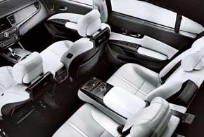 В списке опций – 12,3-дюймовый TFT LCD, проекционный экран перед глазами водителя, два 9,2-дюймовых монитора в спинках кресел, аудиосистема Harman Lexicon с 17-ю динамиками, регулируемые задние кресла с вентиляцией, подогревом и подушками для ног, а также функцией управления передним сиденьем.