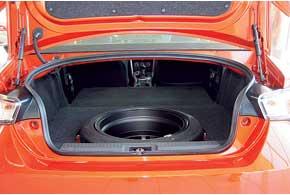 Тойотовцы говорят, что багажник в GT 86 для того, чтобы бросить туда пару шлемов, запасной комплект задних колес, отправиться на трек и убить там покрышки!