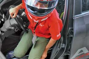 «Ковш» OMP с пятиточечными ремнями безопасности – прерогатива настоящих гоночных автомобилей, как и очень неудобная посадка.