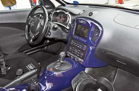 Щиток приборов и центральный семидюймовый дисплей в Juke-R также от донора GT-R.  Каркас безопасности  здесь не гоночный, а скорее тюнинговый.