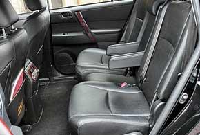На втором ряду просторно, словно в лимузине. Диван можно превратить в 2-местный, каждое из сидений передвигается.
