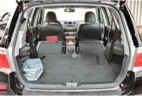 При трех установленных рядах объем багажника– всего 290л. Носпрячьте галерку в пол– ик вашим услугам 1200-литровый отсек, асложите и второй ряд – получите 2700 л.