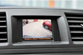 3,5-дюймовый мини-дисплей и камера заднего вида– вовсех версиях. Ноискрупными зеркалами обзорность хорошая.