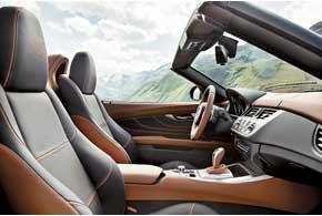 Эксклюзивная кожаная отделка интерьера выдержана в светло-коричневом итемно-сером тонах, а на происхождение BMW Zagato Roadster недвусмысленно намекают вышитые на сиденьях буквыZ.