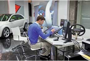 Дизайнеры готовят до десятка эскизов. Рисуют и карандашами, и фломастерами, и на компьютере, с помощью планшетов. Но цифровой вариант удобнее с точки зрения быстрого внесения правок и изменений в проект.
