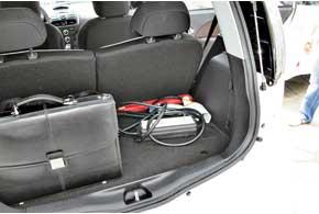 Пробег доподзарядки поДонецку– порядка 100 км. Для страховки водители возят в багажнике штатные адаптеры, но пока ни разу непользовались ими.
