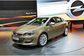Opel Astra Sedan с багажником объемом 460л дебютировал с тремя бензиновыми двигателями от 115 до180 л. с. В следующем году будет предложен еще и дизель.