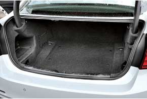Дополнительные 20 литров конструкторы нашли и для багажника. Шины, дающие возможность передвигаться при проколах, позволили отказаться отзапаски.