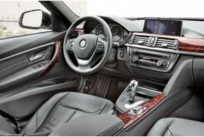 В салоне BMW во всем чувствуется высочайшее качество изготовления. Везде игра граней и одна панель оригинально переходит в другую.