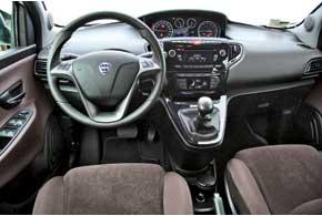 Lancia Ypsilon, как и в предыдущем поколении, сохранила центральное расположение приборов. В Украине все Ypsilon оснащены климат-контролем, тогда как в Европе наиболее доступны версии с кондиционером.