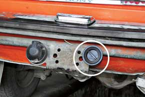 Заправочный вентиль можно расположить влюбом удобном месте под задним бампером. Вбагажнике его лучше не размещать, так как при потере герметичности газ попадет в салон.
