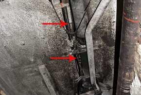 Трубопровод не должен контактировать сподвижными деталями и быть на открытой плоскости. Также он не должен быть натянутым – для компенсации температурных удлинений и укорачиваний.