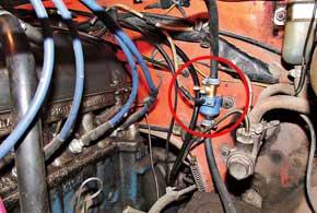 Бензиновый электроклапан устанавливается в цепь после бензонасоса перед карбюратором.