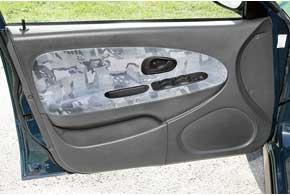 СтеклоподъемникиCarisma – слабое место. Эти детали, позаимствованные у Renault 19, нередко во время работы пищат, а также ломаются их кнопки управления.