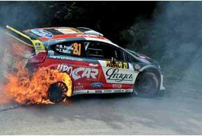 Ford Fiesta RS WRC Мартина Прокопа  после воспламенения заднего колеса на СУ3 сгорел дотла, благо экипаж вовремя покинул машину. Точная причина пожара будет установлена после экспертизы.