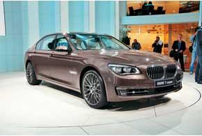 Обновленный флагманский седан BMW 7 Series стал быстрее, комфортнее и экономичнее.