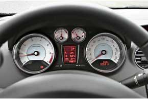 Как и у других Peugeot, на щитке приборов белые шкалы стрелочных приборов и электронные дисплеи скрасной подсветкой. Бортовой компьютер предоставляет автовладельцу сразу несколько подконтрольных параметров.