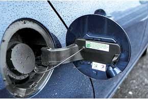 Пробка бензобака открывается без ключа. В других Peugeot его всегда приходилось доставать иззамка зажигания, а потом с пробкой ходить к кассиру АЗС.