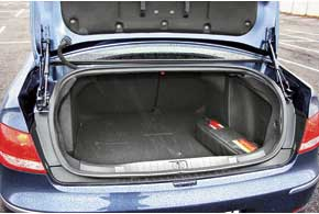 Для удобства загрузки багажника петли крышки сделали «наружными», освободив погрузочный проем.