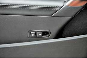 Знакомы нам и кнопки дистанционного открывания лючка бензобака и крышки багажника. Они традиционно для модели расположены на водительской двери вудобном для использования месте.