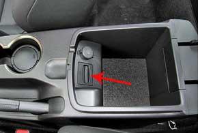 Слот для ключа-транспондера  теперь спрятан не под общей для пепельницы иприкуривателя крышечкой с микролифтом, а в подлокотнике.