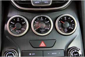 Дополнительные приборы на центральной консоли повышают спортивный накал и улучшают антураж. На них можно видеть, на сколько процентов открыт газ, какое давление наддувает турбина и какая температура масла.