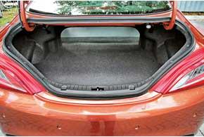 Объем багажника – 332л. Но как через такой узкий проем в него загрузить большую спортивную сумку, чемодан или коробку? Зато можно сложить спинку заднего дивана для перевозки длинномеров.
