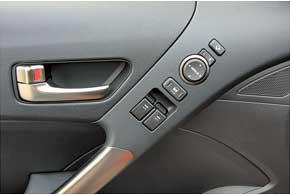 Электрическими приводами стекол изеркал Hyundai Genesis Coupe оборудованы во всех комплектациях. Оба стекла передних дверей – с режимом автодоводки. Впрочем, дообновления было точно так же.