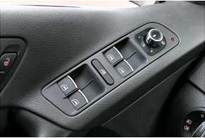 В более дорогой версии кнопки управления стеклоподъемниками инаружными зеркалами украшены хромированными вставками.
