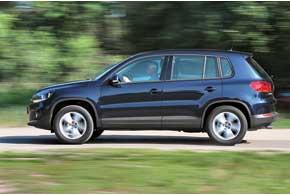 С любым типом привода клиренс Tiguan– 200мм. Но в зависимости от исполнения автомобиль оснащен передним бампером суглом въезда 18(как у нас) или 28 градусов.
