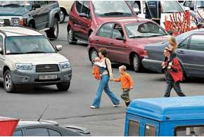 Чтобы избежать беды, необходимо регулярно учить ребятишек элементарным правилам поведения на дорогах, и в первую очередь это должны делать родители, ежедневно напоминая своим детям азы дорожной «грамоты», пока правильные действия на улицах не войдут в привычку и не станут моделью безопасного поведения.