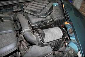 По мере загрязнения воздушного фильтра двигателя увеличивается сопротивление, которое он оказывает потоку засасываемого воздуха.