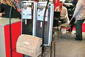 На стенде аксессуаров торговой марки Sotra привлекали внимание трехслойные коврики салона с высокими бортами, производимые по 3D-технологии. Верхний слой – прочный иизносостойкий текстильный материал, средний – пористая водонепроницаемая резина, нижний – губчатая вспененная резина (ASF), предотвращающая перемещение коврика. Водительские коврики оснащены пластиковой накладкой для увеличения срока службы. Предлагались также сделанные по 3D-технологии оригинальные сумки для инструментов, помещаемые в багажник.