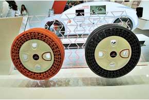 Hankook демонстрировал нетолько умение делать классические шины, ноипоказал разработку колеса без потребности накачивания.