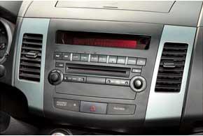 На версиях до 2011 года могут возникнуть проблемы с фирменной магнитолой – пропадает звук колонок по левой стороне.