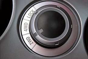 Три режима полноприводной трансмиссии можно выбирать удобным вращающимся регулятором, размещенным возле рычага КП.