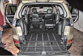 В отличие отпредшественника инаследника в Outlander XL крышка багажника  разделена надве части – одна поднимается вверх, а вторая отбрасывается вниз и способна выдержать нагрузку до200 кг!