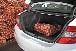 Багажник увеличился на 45 литров. Нопоездки на дачу на этой машине требуют осторожности. При загрузке ибезтого небольшой клиренс становитсяпо-настоящему «мини».