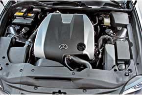 V-образная 3,5-литровая «шестерка», как и прежде, оснащена комбинированной системой питания D-4S, совмещающей непосредственный и распределенный впрыск.