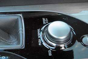Селектор режимов езды есть во всех GS 350 AWD. Только базовая комплектация лишена режима Sport+. Жаль, как раз в нем изменения в поведении машины заметить проще всего.