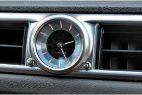 Стильные часы украшают переднюю панель нового Lexus GS.
