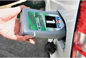 Масло добавляется в бензин только в том случае, когда речь идет о его применении в двухтактном моторе, в котором нет собственной системы смазки для стенок цилиндров.