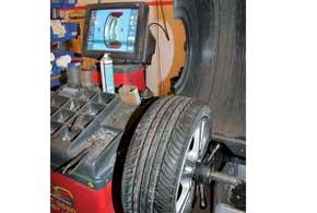 Если все нормально, на шиномонтаже проверьте балансировку колес. Со временем новая шина садится на свое место на диске и может менять геометрию, что сказывается на балансировке.