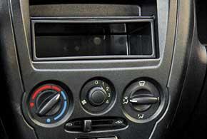 Чтобы добавить тепла, регулятор температуры в салоне необходимо вращать против часовой стрелки, что несколько непривычно. Дизайн торпедо местами подсмотрен у других моделей – так, что-то есть от предыдущей Fiesta, а что-то и от Logan.