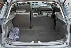 Багажник достаточно вместительный для хэтчбеков – 368 л. Присложенных задних сиденьях ровная площадка не получается.