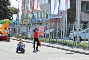 Пока взрослые тестировали автомобили, маленькие водители катались намини-мотоциклах и мини-машинках.