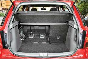 Багажное отделение хэтчбека неособо вместительное – всего 270 л. Уседана оно более объемное– 515 л. Впрочем, принеобходимости в обеих версиях грузовой отсек можно увеличить, сложив задние сиденья.
